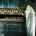 מתפלל בקבר דוד.jpg