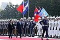 蔡英文總統與宏都拉斯共和國葉南德茲總統伉儷一同進入軍禮歡迎儀式會場.jpg