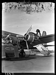 01-00-1949 05755 Vliegtuig tanken (16009177406).jpg