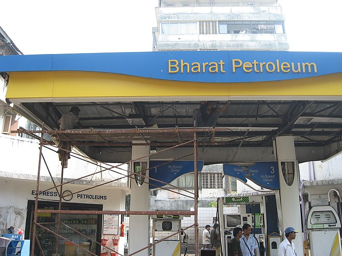 English: Petrol pump in Colaba that was attack...
