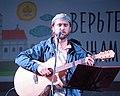 2016-07-19 21-31. Священник Ярослав Ерофеев исполняет собственные песни.jpg