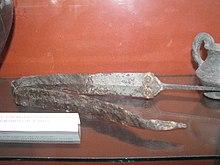 Spada celtica ripiegata per scopi rituali: è ben visibile la lunga