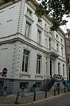 foto van Dubbel hoekpand, gebouwd in 1685, geheel verbouwd in 1860/61 door cornelis outshoorn, met van rijke stucversieringen voorziene gepleisterde gevels onder bewerkte lijst, en zandstenen pui met balcon