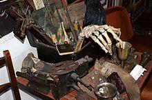 Ensemble d'objets anciens utilisés pour se protéger des vampires
