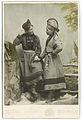 Ateljéporträtt. Två unga samekvinnor klädda i kolt - Nordiska Museet - NMA.0049240.jpg