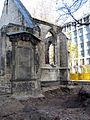Aushub per Bagger 1m Alter St. Nikolai-Friedhof Nikolaikapelle Hannover, 04 Grabmal mit Knochenresten unten.JPG