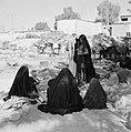 Bedoeïenenvrouwen, zittend in de schaduw bij hun ezels, Bestanddeelnr 255-3430.jpg
