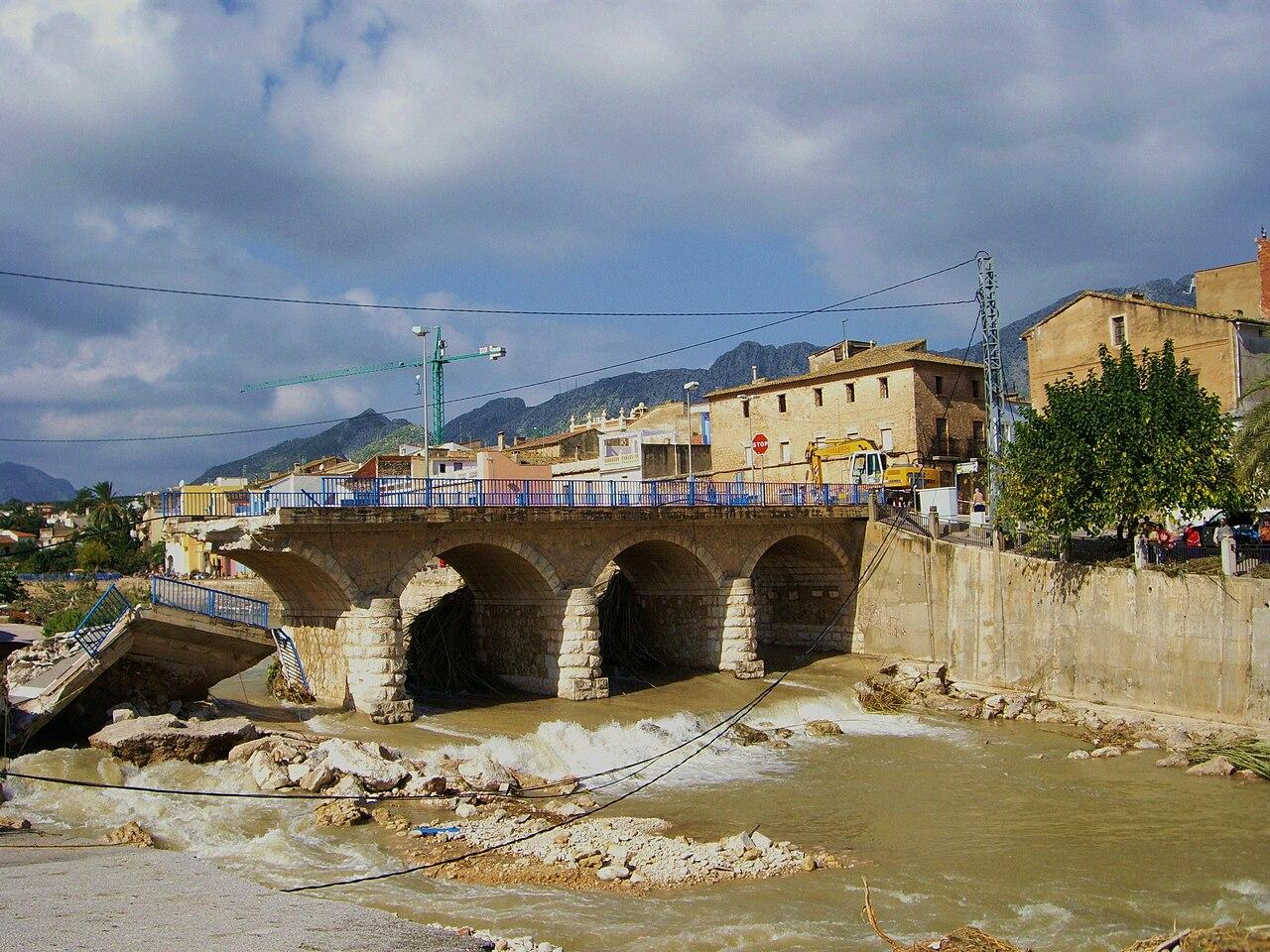 Imagen del puente de acceso a Beniarbeig destruido por la crecida del río Girona en 2007.