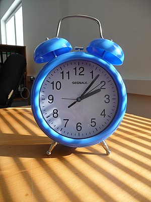 ?esky: Modrý budík English: Blue alarm clock