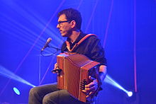 Cyrille Brotto jouant de l'accordéon.