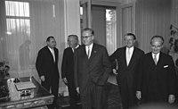 """Bundesarchiv B 145 Bild-F017490-0004, Bonn, Die """"Fünf Weisen"""" beim Bundespräsidenten.jpg"""