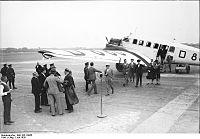 Bundesarchiv Bild 102-10055, Berlin, Max Schmeling auf dem Centralflughafen.jpg