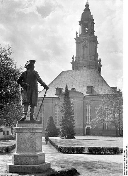File:Bundesarchiv Bild 170-119, Potsdam, Denkmal Friedrich der Große mit Garnisonkirche.jpg