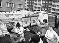 Bundesarchiv Bild 183-U0410-026, Flöha, Schwatz beim Wäschetrocknen.jpg