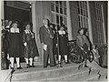 Burgemeester Cremers houdt een openingstoespraak op het Congres Ver. Ned. Gemeenten, voor de deur van de Stadsdoelen, vergezeld door deelnemers van de Oud-Hollandse kermis. NL-HlmNHA 54014306.JPG