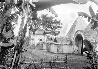 Sultanate of Gowa - Image: COLLECTIE TROPENMUSEUM Begraafplaats van de vorsten van Goa T Mnr 10027883