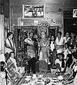 COLLECTIE TROPENMUSEUM Bruidspaar en gasten in een dorp bij Maninjau TMnr 20000233.jpg