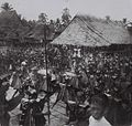 COLLECTIE TROPENMUSEUM Een menigte krijgers in vol ornaat rond de stenen tafels op het dorpsplein tijdens een burgerschapsfeest te Bawomataloewo op Nias TMnr 60042392.jpg