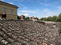 Castello di Belcaro, camminamento delle mura 08 tetti.JPG