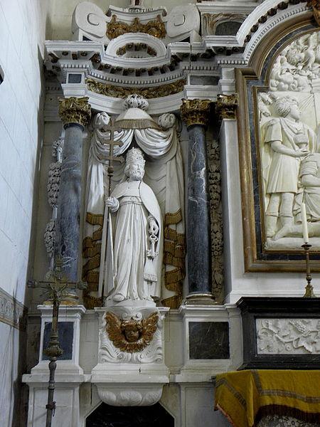 Maître-autel de l'église Saint-Pierre de Chalons-du-Maine (53) et son retable. Statue de Saint-Pierre.