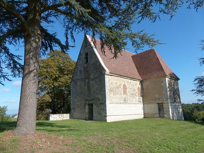 Château du Châtelard, Ébreuil (Allier). Ancienne chapelle, en contrebas du château, le long d'une allée d'accès.