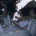 Collectie NMvWereldculturen, TM-20026878, Dia, 'Een beeldhouwer aan het werk in een steenhouwerij te Muntilan', fotograaf Boy Lawson, 1971.jpg