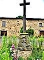 Croix d'église avec piéta sculptée dans sa base.jpg
