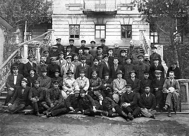Сотрудники рыбного управления. В. К. Арсеньев — второй слева во втором ряду. Справа от него — управляющий «Дальрыбой» Т. М. Борисов. Владивосток, 1922 г.