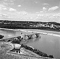 De Pont Saint Bénézet (Le Pont dAvignon) over de Rhône, met op een van de pijle, Bestanddeelnr 254-0233.jpg
