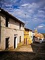 Detalle de una calle de Mirabel, con la torre de su iglesia al fondo.jpg