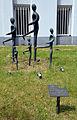Die LÄUFER von Bildhauer Wolfgang Mehl, mit Infotafel und Telefon-Nummern vor dem denkmalgeschützten VSM-Gebäude Schulenburger Landstraße Ecke Siegmundstraße in Hannover-Hainholz.jpg