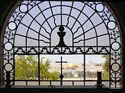 Widok przez okno świątyni