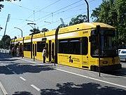 Fahrbahnerhöhung zum ebenen Einstieg bei Platzmangel (hier am Großen Garten)