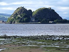Dumbarton Castle gezien over de Firth of Clyde met links de top White Tower Crag en het Governor's House in het midden.