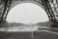 ETH-BIB-Blick von unter dem Eiffelturm auf das Champ de Mars-Weitere-LBS MH02-49-0021.tif