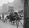 Een fietser leunt tegen het reclamebord van het Chicken Inn Restaurant, Bestanddeelnr 191-0871.jpg