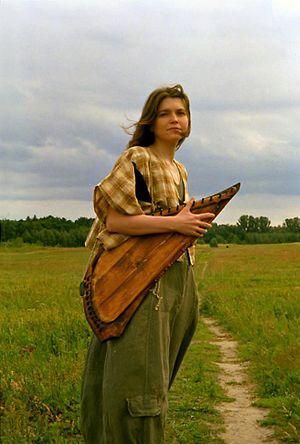 Elena Frolova - Elena Frolova with gusli (Photo by Margarita Kabakova)