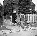 Ella Hedtoft begroet kinderen voor het toegangshek van de tuin, Bestanddeelnr 252-8984.jpg