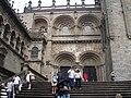 Escalinata situada ante el pórtico de Platerías de la Catedral de Santiago de Compostela.JPG