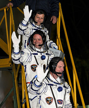Expedition 27 - Image: Expedition 27 Waves Farewell