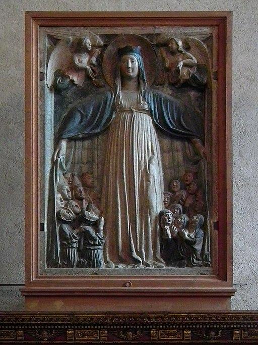 Madonna della Misericordia, scultore toscano, inizio del XV sec., pietra policroma, 190 × 115 cm, Cenacolo di Santo Spirito (Fondazione Salvatore Romano)