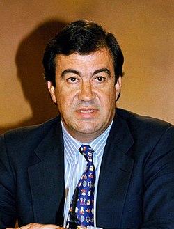 Francisco Álvarez-Cascos durante la rueda de prensa posterior al Consejo de Ministros. Pool Moncloa. 1 de julio de 1996 (cropped).jpeg