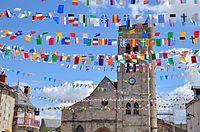 Gannat Eglise Sainte-Croix et drapeaux.jpg