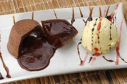 Petit gâteau, com sorvete de creme
