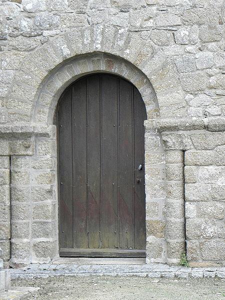 Porte romane du transept sud de l'église Notre-Dame de Genêts (50).