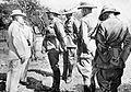 General Louis Botha im Gespräch mit dem Bürgermeister von Windhuk bei Übergabe der Stadt im Mai 1915.jpg