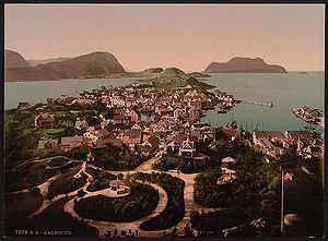 Ålesund fire - Ålesund in 1900 before the fire. The view is from the east looking west as seen from the local mountain Aksla. The bulk of the island Aspøya can be seen in the foreground; the near channel is demarked by the harbor to the right. The fire began on the island, near the last buildings on the island in the upper left. Note that a west wind would push the fire toward the more densely built up areas. The fire was finally controlled at a point to the left, behind the point from which this picture was taken; most of the buildings seen here were destroyed.