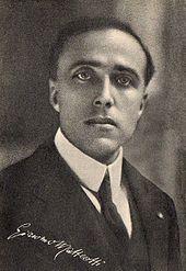 Socialistagvidantaj Giacomo Matteotti-kappafo en vestokompleto kaj kravato