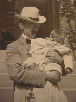 Gilbert Hovey Grosvenor - Image: Gilbert H. Grosvenor holds his son, Melville Grosvenor