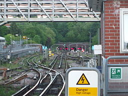 Golders Green stn southbound zoom south to portals